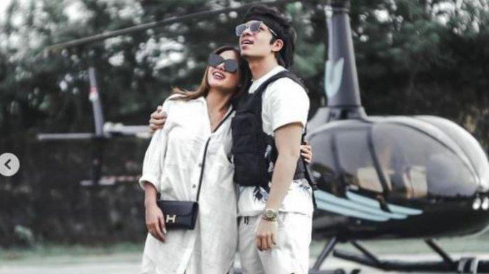 Potret mesra Atta Halilintar (Kanan) dan Aurel Hermansyah (Kiri) saat berbulan madu di Bali