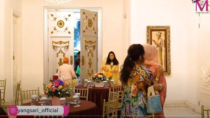 Potret pintu rumah Mayangsari megah berukir warna emas