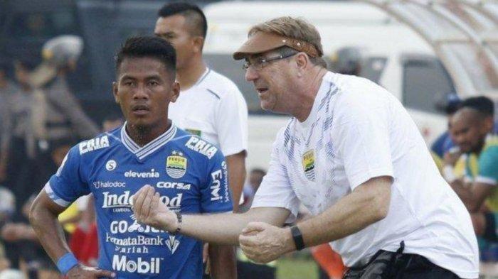 Potret Robert Rene Alberts saat berbicara dengan salah satu pemain Persib Bandung dalam pertandingan pada musim 2019 lalu.