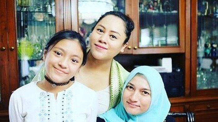 Sarah Amalaia bersama saudara dan putrinya (Instagram/ayyin)