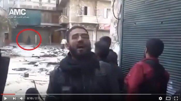 VIDEO : Terlihat Malaikat Melintas Saat Pria Ini Azan di Tengah Perang, Perhatikan Mulai Detik 10