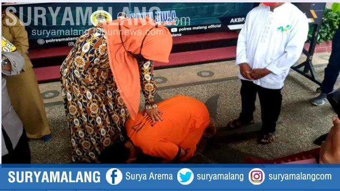 Maling Motor Sujud dan Cium Kaki Ibu di Polres Malang