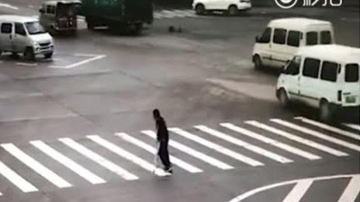 Pria Uzur Terjebak di Tengah Jalan yang Ramai, Tiba-tiba 'Malaikat' Datang! Videonya Viral