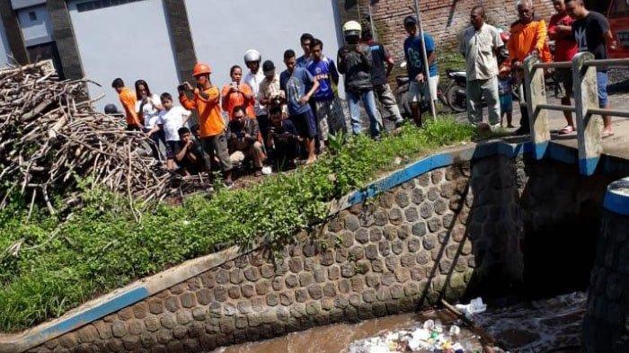 Mayat Pria Bertato 'FARIst' di Punggung Mengapung di Dam Sungai Kepanjen, Kabupaten Malang