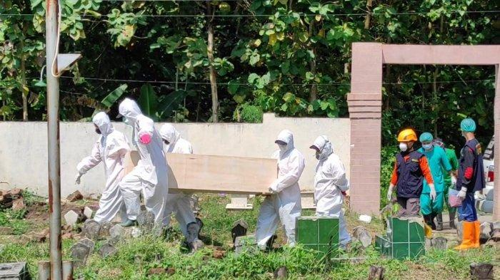 Serbuan Caci Maki Tak Surutkan Semangat Petugas Pemakaman Jenazah Covid-19 BPBD Ponorogo