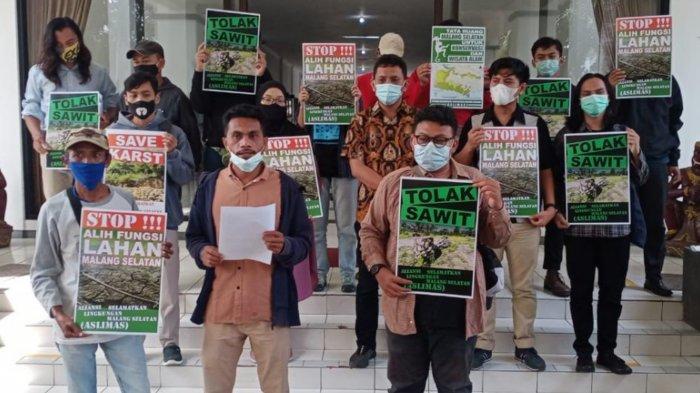 Gelombang Protes Penanaman Kelapa Sawit di Malang Selatan Mencuat