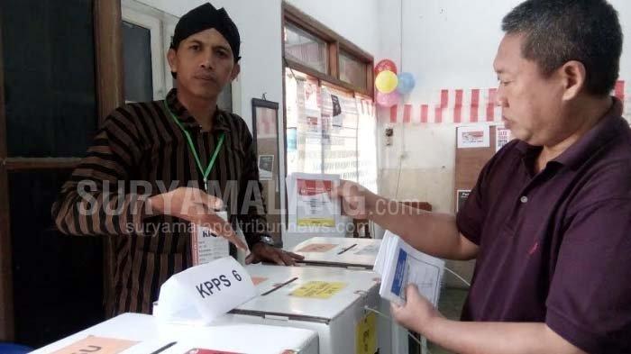 Pemungutan Suara Ulang, PPS Di TPS 17 Kota Malang Beri Hadiah Cokelat Kepada Pemilih