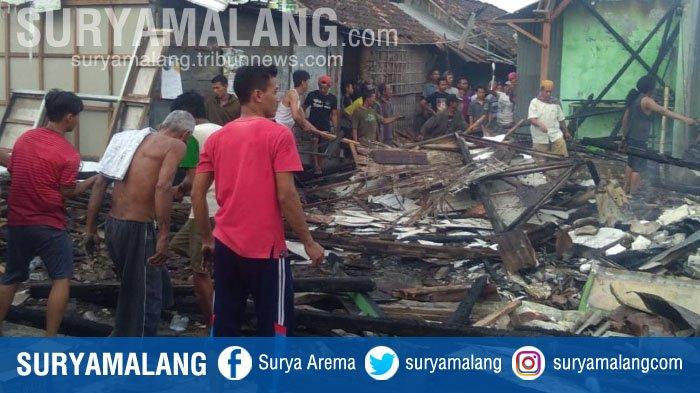 34 Stan Ludes Saat Kebakaran Melanda Pasar Sukodadi, Lamongan
