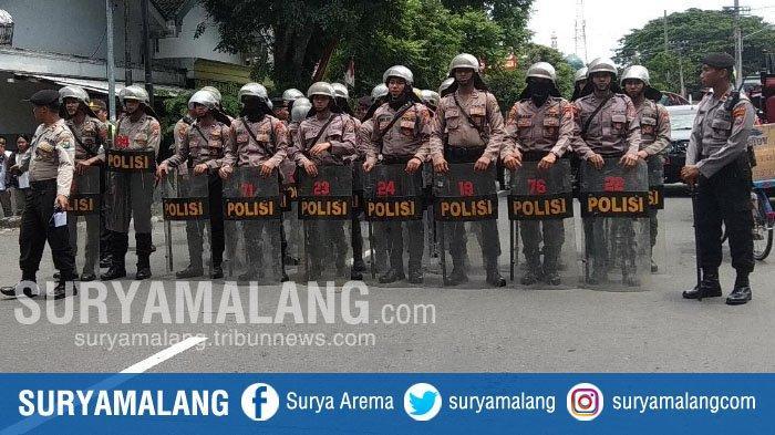 Kerusuhan Suporter Saat Laga Persebaya Vs Arema FC di Blitar, Polda Jatim : 7 Motor Dibakar