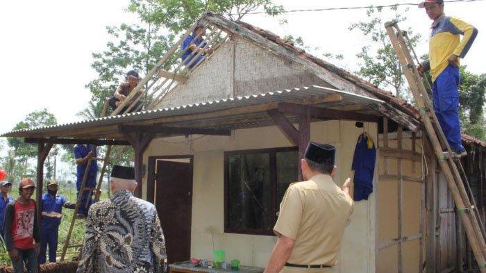 Bupati Malang Beri Bantuan Sembako ke Korban Bencana Angin Kencang di Jabung