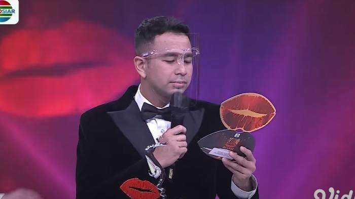 Raffi Ahmad mewakili Nagita Slavina menerima penghargaan