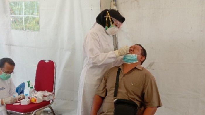 Rapid test antigen di pos pengamanan dan penyekatan Exit Tol Madyopuro, Kota Malang,