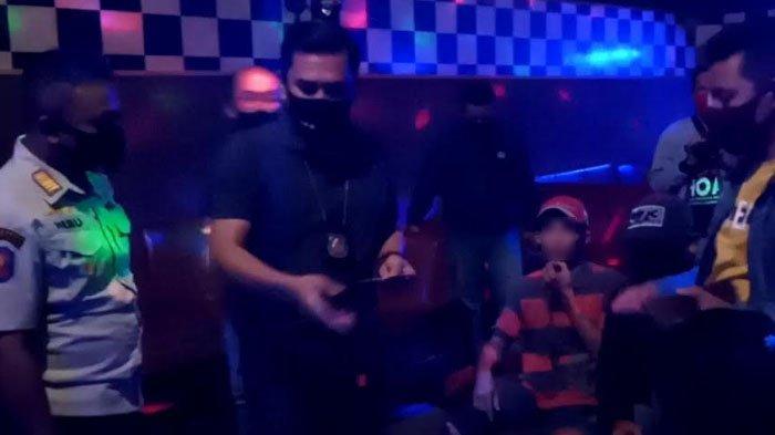 Video - Sejumlah Kafe Karaoke Tulungagung Buka Gelap-Gelapan, Petugas Panjat Pagar untuk Razia