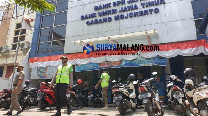 Kepergok Tak Pakai Masker saat Razia, 13 Pegawai Bank dan Salon Kota Mojokerto Didenda Rp 200 Ribu