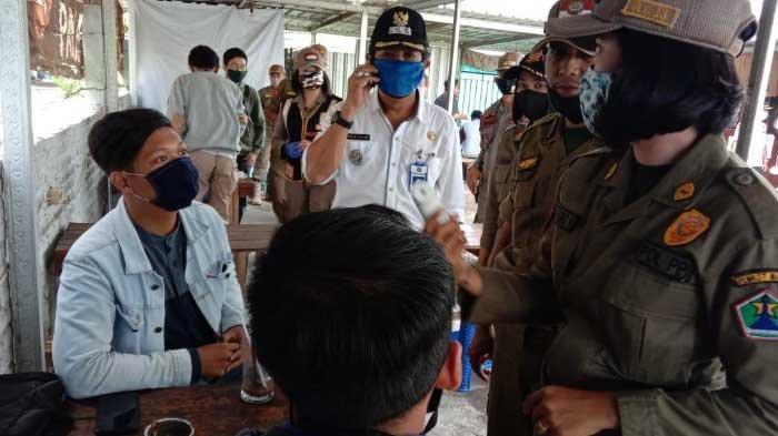 Suhu Tubuh 38,9 Derajat Celcius, Pengunjung Warkop Langsung Dibawa ke Puskesmas Dinoyo, Kota Malang