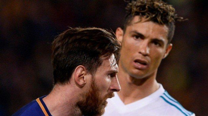 Cristiano Ronaldo (kanan) saat masih bersama Real Madrid, menatap megabintang FC Barcelona, Lionel Messi, dalam laga Liga Spanyol di Stadion Camp Nou, Barcelona pada 6 Mei 2018.