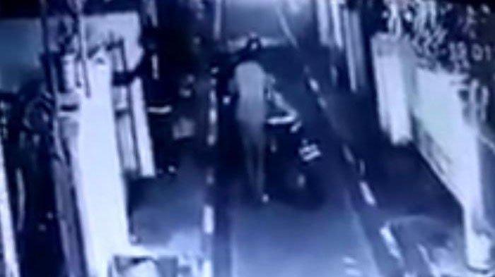 Kepergok Mencuri Motor di Surabaya, 2 Pria Misterius Bacok Warga