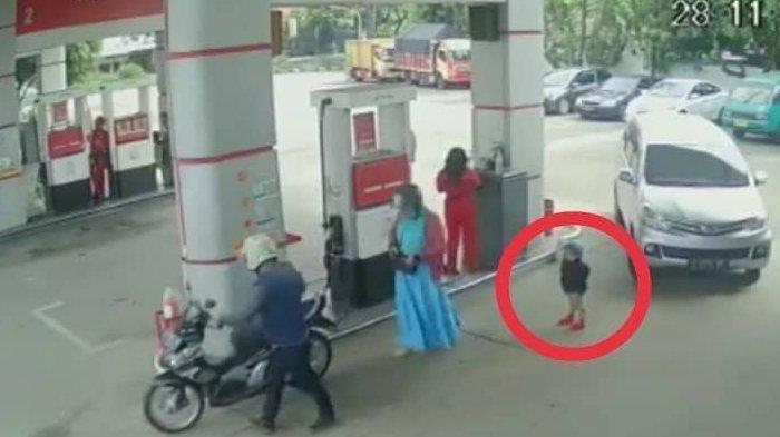 Rekaman CCTV Bocah Tergilas Mobil Saat Orang Tua Sibuk Beli Bensin di SPBU