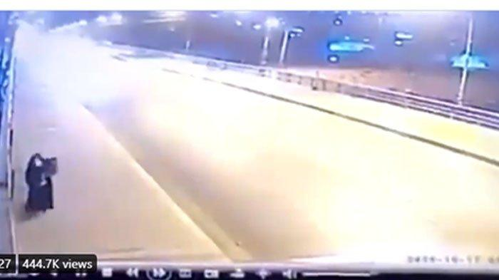 Rekaman CCTV Wanita Buang 2 Anak Balita dari Atas Jembatan, Sakit Hati Tak Ikhlas Dicerai Suami