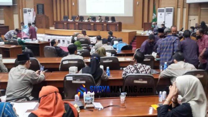 KPU Kabupaten Malang baru saja menyelesaikan proses rekapitulasi suara Pilkada Malang 2020, Rabu (16/12/2020) malam.