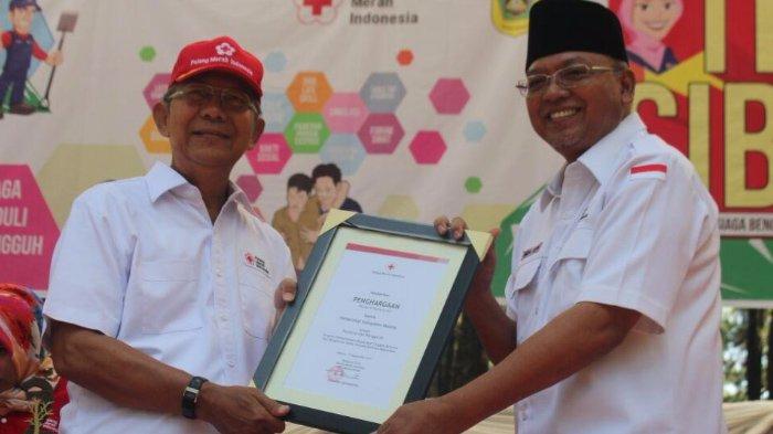 Pemkab Malang Terima Penghargaan SIBAT Nasional dari Palang Merah Indonesia