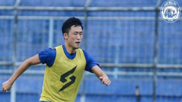 Pemain Jepang Arema FC Ikut Membagikan Daging Kurban saat Idul Adha : Saya Hormati Budaya Negara Ini