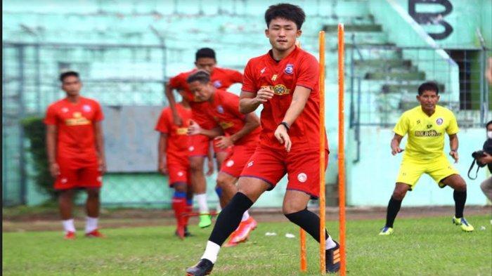 Gelandang Arema FC, Renshi Yamaguchi mengikuti  latihan di Stadion Gajayana Malang, Kamis (24/6/2021).