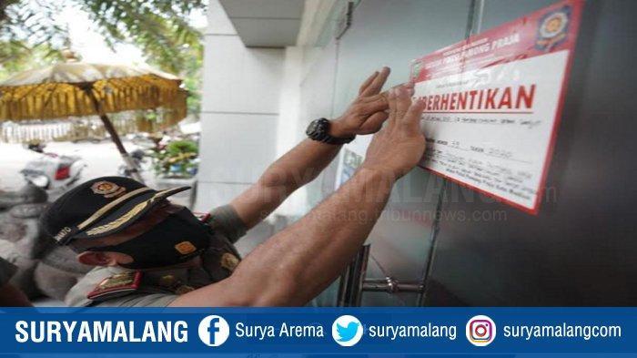 Petugas Satpol-PP menyegel kafe dan resto iClub karena diduga melanggar PPKM