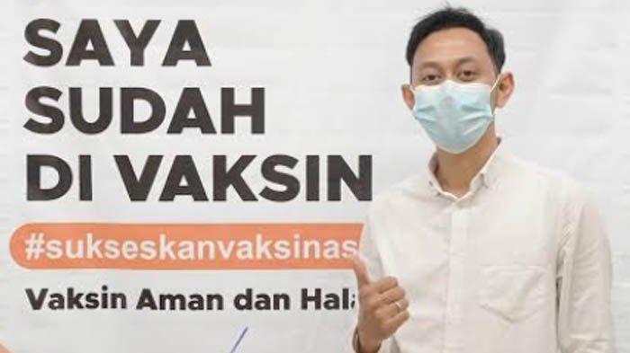 Para penerima vaksin covid-19 RSGM IIKBW Kota Kediri berfoto dengan membawa kartu keterangan telah divaksin.