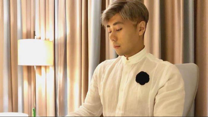 Roy Kiyoshi Ubah Penampilan! Biasa Tampil Serba Hitam, Sekarang Pakai Warna Pink
