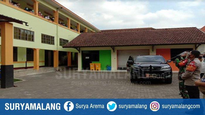 Polresta Malang Kota - Kodim 0833 Kota Malang Beri Semangat Pasien Covid-19 di Rumah Isolasi Kawi