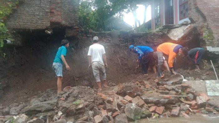 Dapur Rumah Warga Tumpang Malang Tergerus Arus Sungai