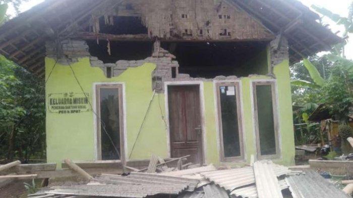 Sejumlah Rumah di Lumajang Roboh Akibat Gempa yang Melanda Jawa Timur
