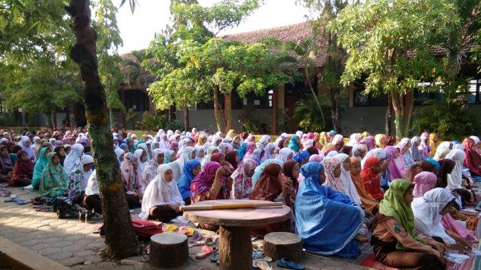Ratusan Siswa SMPN Karanggeneng Lamongan Salat Ghaib Untuk Korban Gempa Dan Tsunami Sulteng