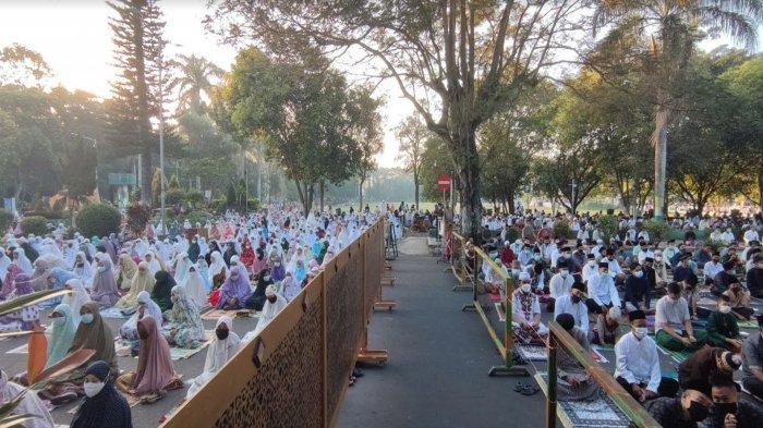 Kantong Plastik untuk Alas Kaki Tunjang Prokes Jemaah Salat Ied di Masjid Agung At-Taqwa Bondowoso