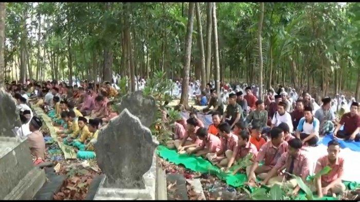 Magetan Masih Kekeringan, Ribuan Warga Salat Istisqa Dekat Kuburan, Banyak yang Menangis