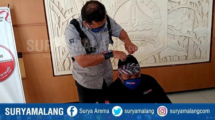 Lolos Ikut Pilbup Malang 2020, Sam HC Cukur Rambut Relawan Malang Jejeg