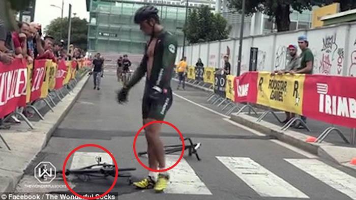 VIDEO : Brutal! Momen Pembalap Sepeda Ngamuk, Perhatikan Sepedanya Sampai. . .