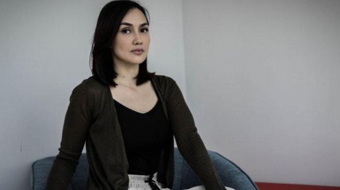 sara-wijayanto-berpose-usai-wawancara-promo-film-sabrina-di-menara-kompas-gramedia.jpg