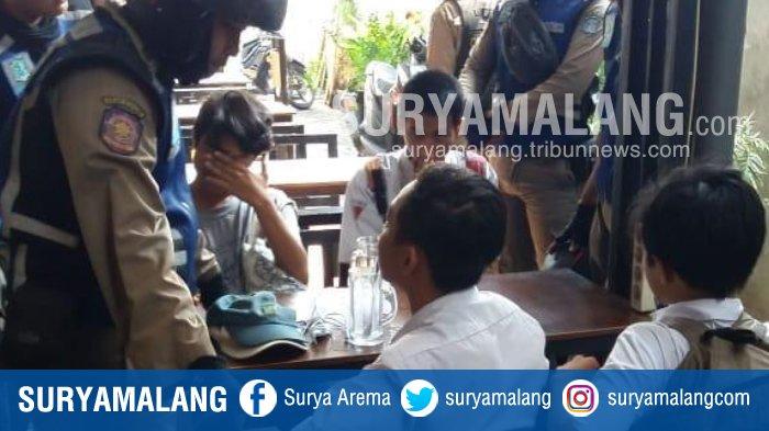 Satpol PP Surabaya Tangkap 5 Pelajar yang Diduga Bolos Sekolah dan Nongkrong di Warkop