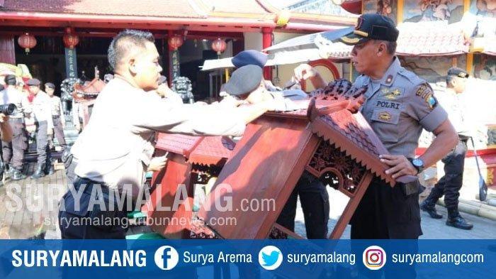 Jelang Imlek, Polisi Kerja Bakti Bersihkan Kelenteng Poo An Kiong di Kota Blitar