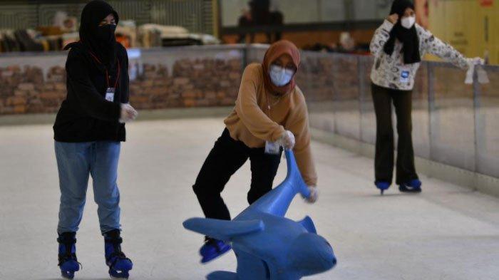 Sejumlah influencer bermain ice skating di Grand City Surabaya