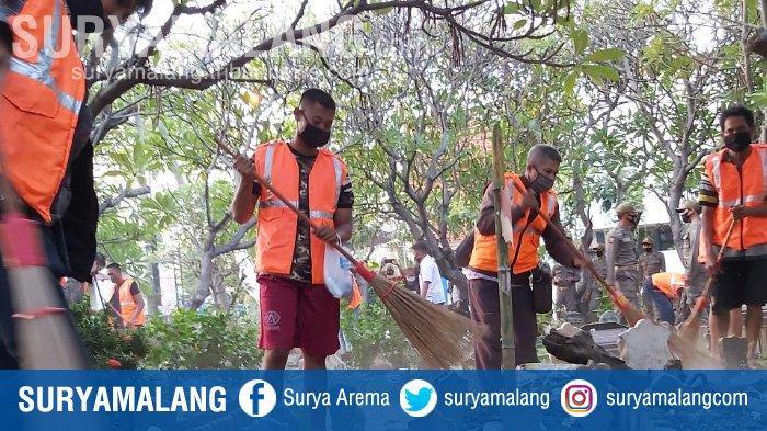 Terciduk Tak Pakai Masker, 25 Orang Dihukum 'Uji Nyali' Masuk Kuburan di Sidoarjo