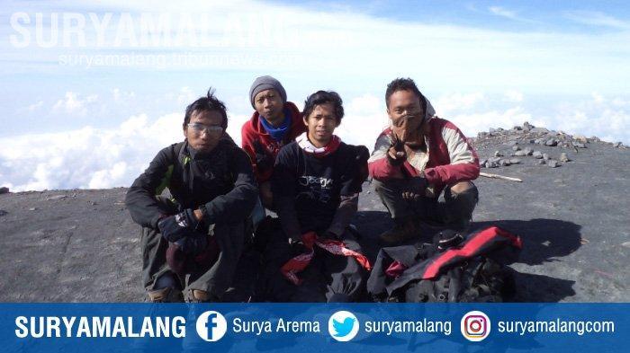 Sekelompok pendaki berpose di Puncak Mahameru, Gunung Semeru, Jawa Timur. Foto diambil 2012.