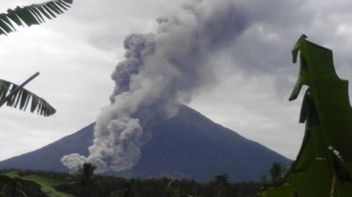 Ada Aktivitas Vulkanik, Pendakian Gunung Semeru Ditutup Lagi