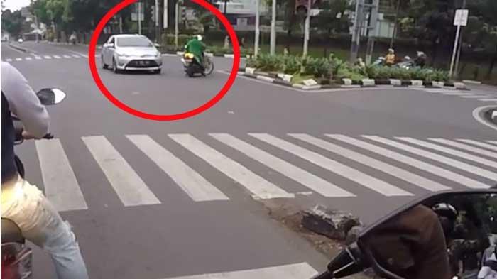VIDEO - Hampir Tertabrak! Seorang Ibu Langgar Lampu Lalu Lintas