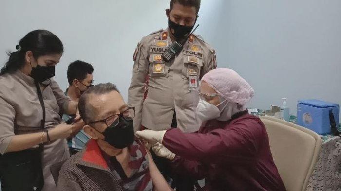 Ratusan Orang Ikuti Vaksinasi Massal Covid-19 di Polsek Kedungkandang Kota Malang