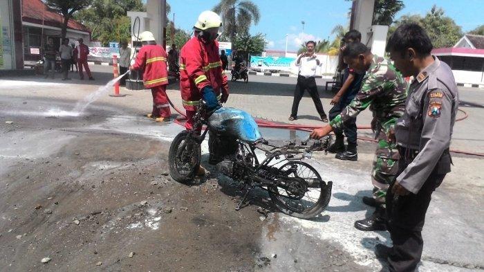 Percikan Api Busi Bakar Sepeda Motor Usai Isi BBM Di SPBU Bojonegoro