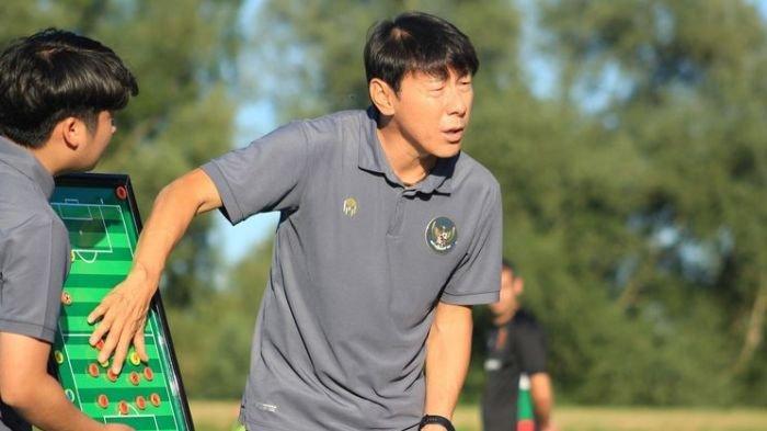 Shin Tae-yong menjelaskan strateginya ketika Timnas Indonesia U-19 melawan Kroasia, 8 September 2020.