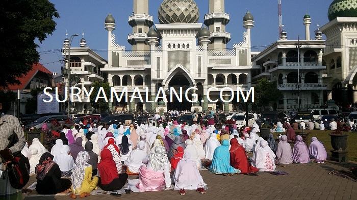 Rela Tunggu Berjam-jam di Masjid Jamik Demi Ikut Sholat Gerhana